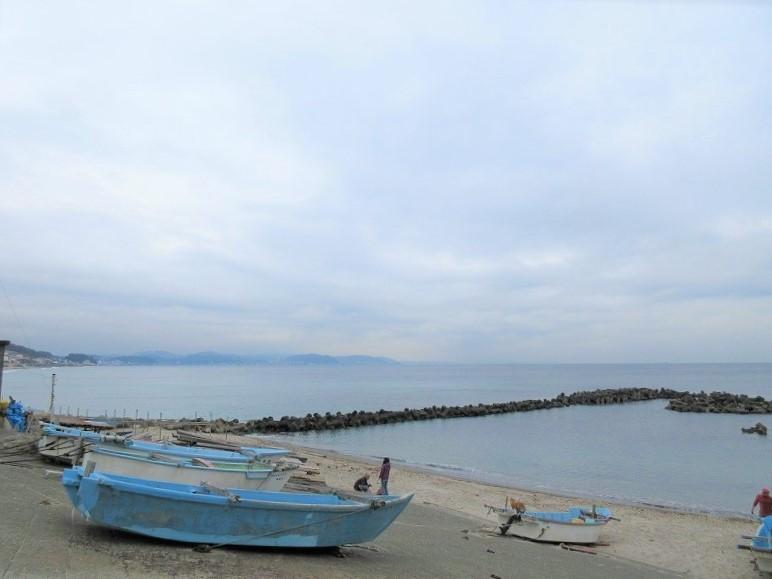 徒歩4分で、小動(こゆるぎ)の交差点付近の海