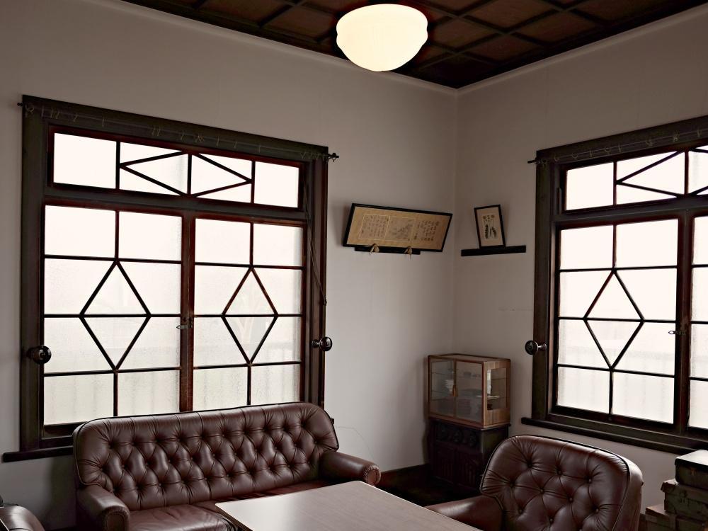 客間。木製建具のデザインもオリジナル。