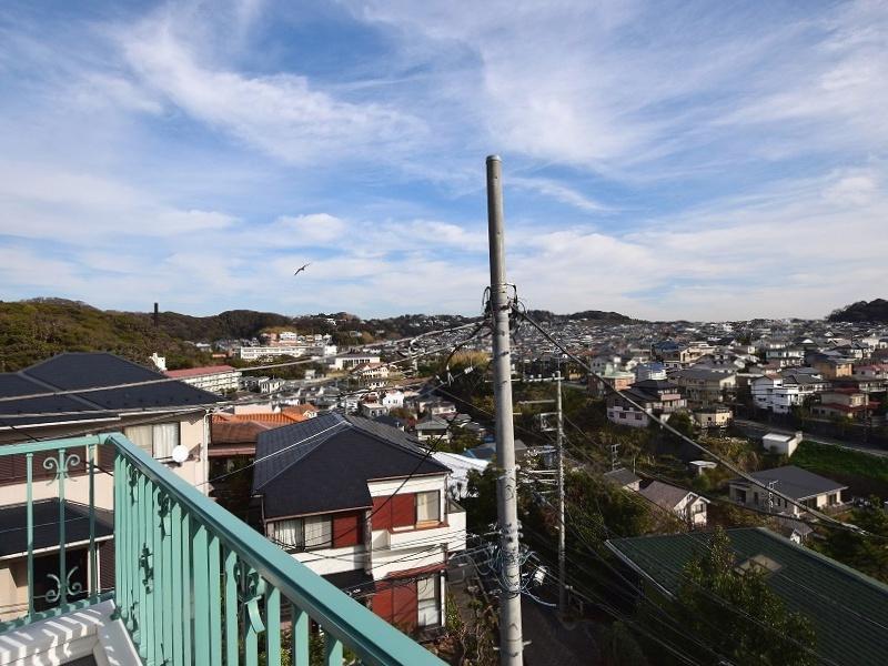 山方向は鎌倉山の緑と住宅街