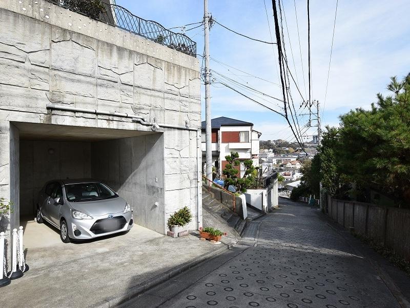 駐車場は地下車庫のような形でゆとりのある1台分