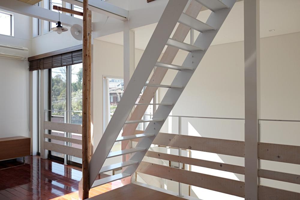 階段も手すりあけすけです。普段は目隠しでブラインドを。