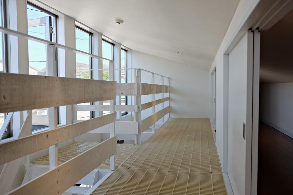ロフトに収納が集約されています。床はグレーチング。天井高は低く真ん中で120cmほどです。