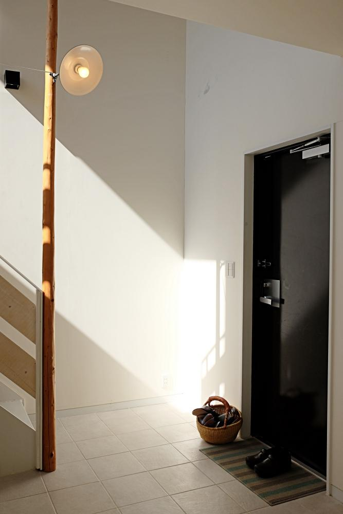 玄関にはいわゆるたたきがありません。街灯みたいな茶目っ気ある照明。