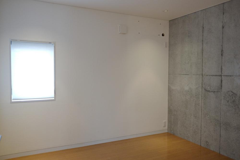 1階の個室は2部屋ともこの仕上げ。一面がRC壁になっています。