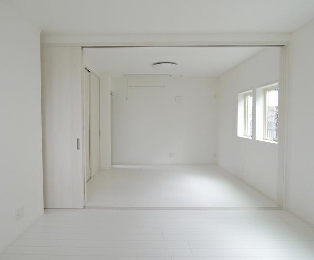 16帖のLDK。白に統一された室内
