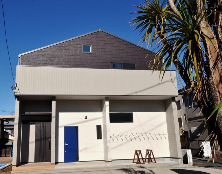 ブルーの扉がアクセント。1階が今回の募集区画です。