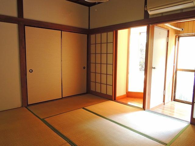 和室6帖はやや日当たりが悪いです。
