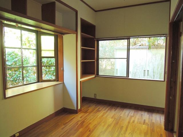 食堂のわきに書斎スペースがあります。