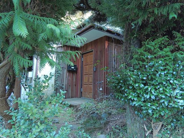 敷地の入口は庭木のゲートになっています。