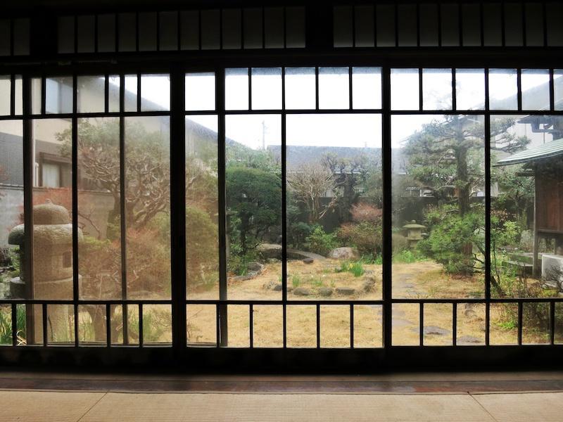 8畳間から庭をみる|木製建具の枠が美しい