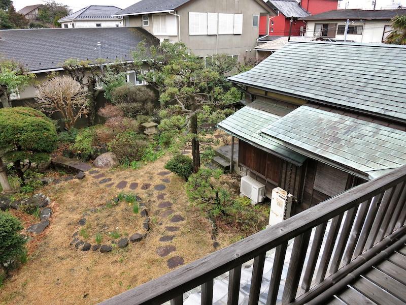 2階から銅版葺の屋根と庭を眺める