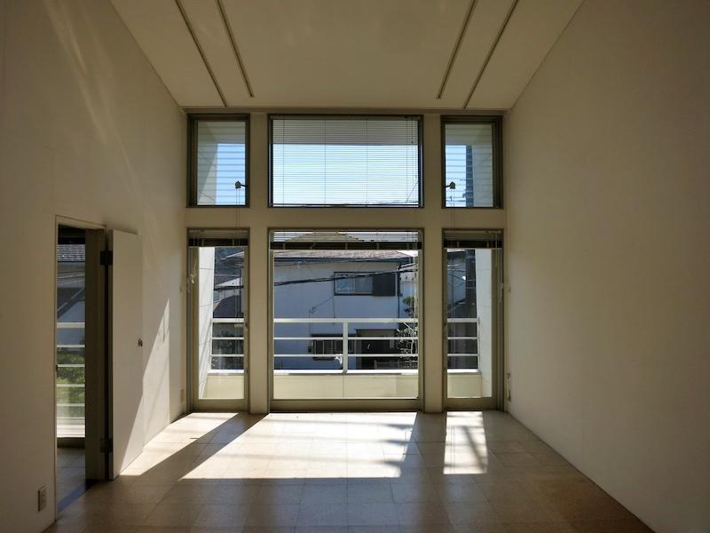 古家2階の洋室|正面の家との関係を参考に。