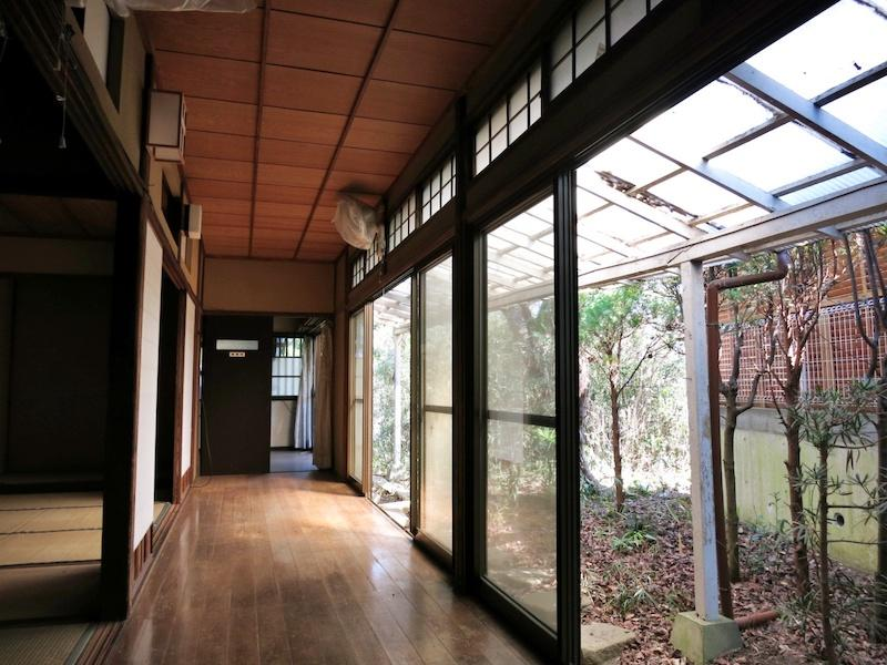 哀愁の漂う廊下と和室