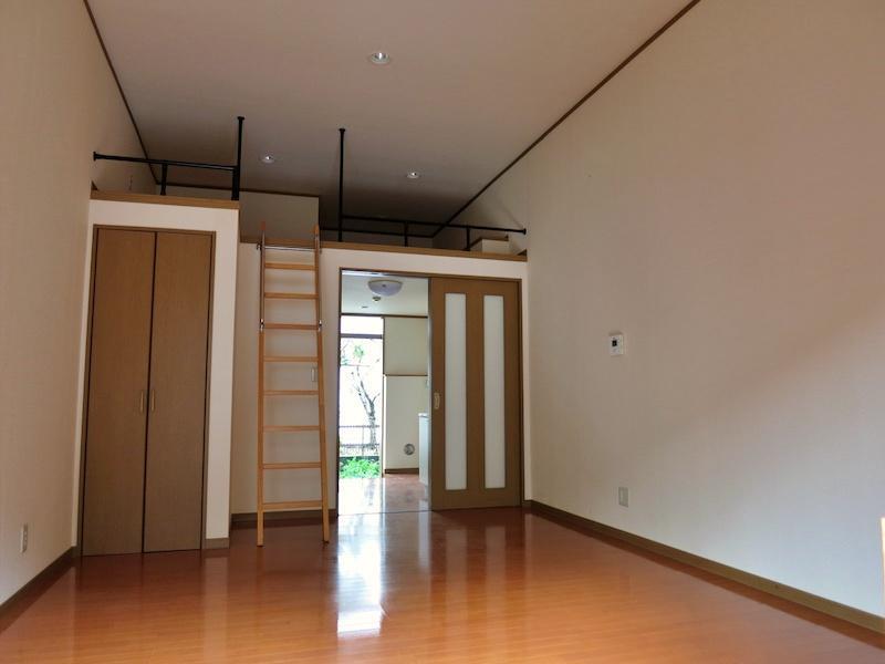 103号室の室内|奥にロフトがあります