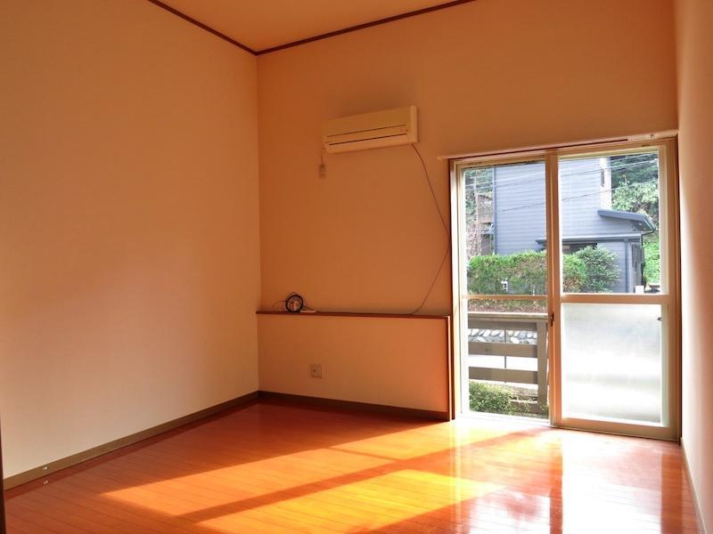 103号室の室内から外を見る