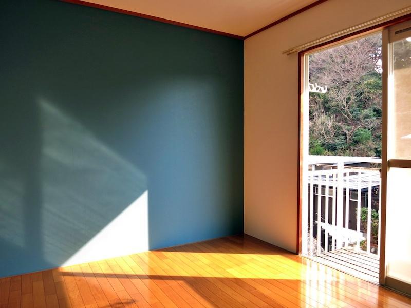 201号室はアクセントカラーの効いた壁紙