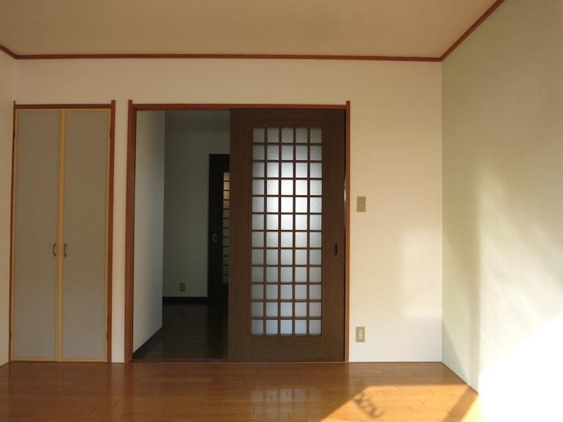 204号室の室内(バルコニー側)