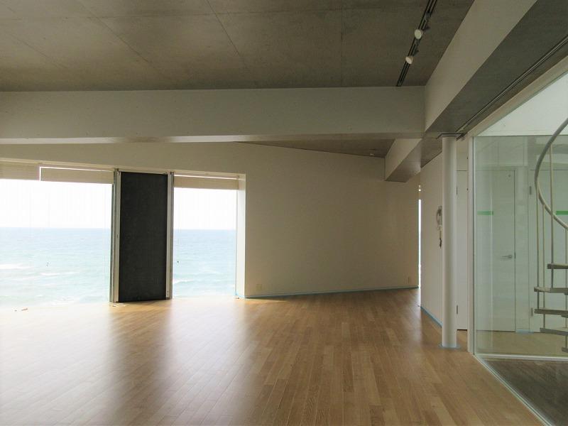 部屋の中央に螺旋階段がある。開放的な空間