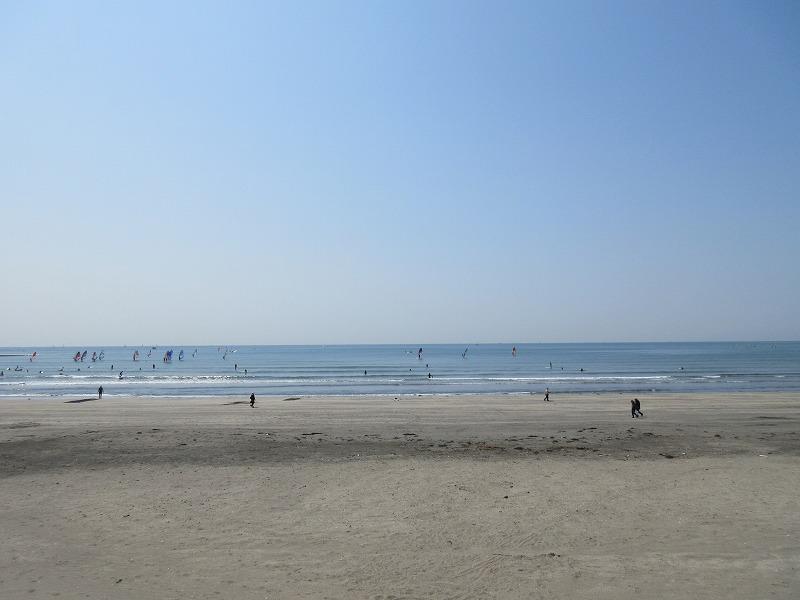 材木座海岸は、波が穏やかでウインドサーフィンをする人が多いです