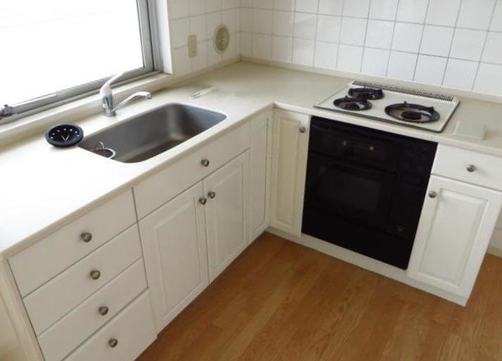 レトロなキッチン。キッチンの窓からも海が見えます