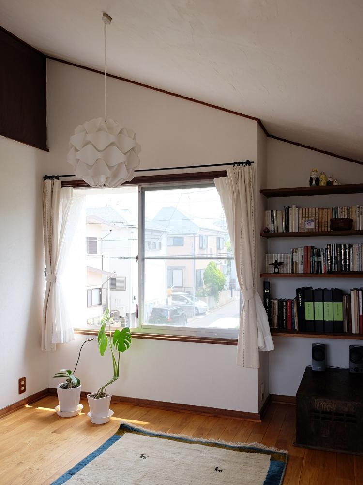 2階書斎。屋根裏は部分的に収納になっています。