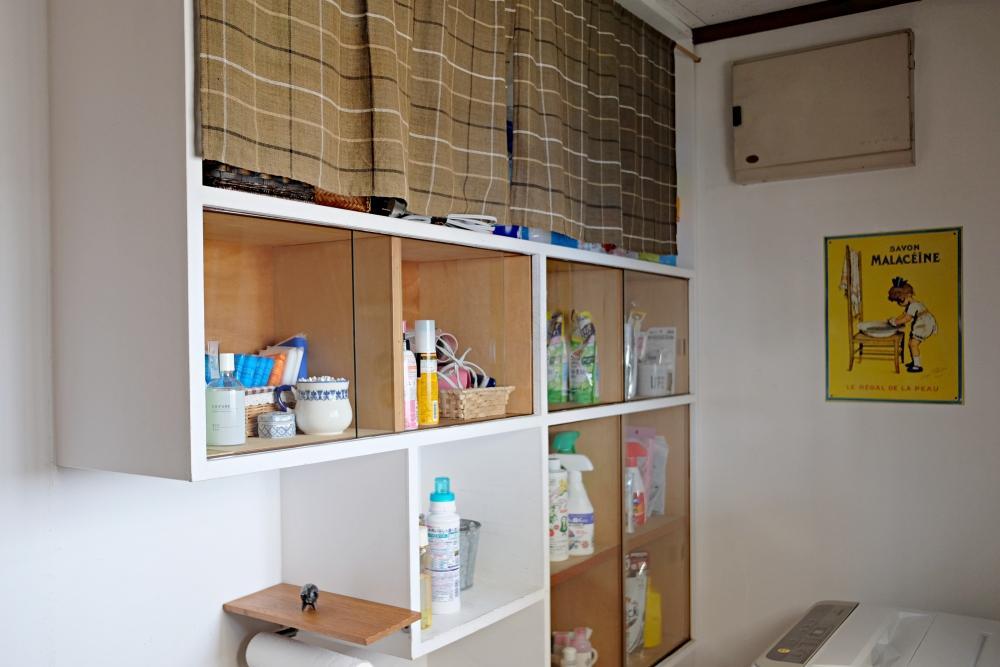 ユーティリティスペース。造り付けの棚があります。洗濯機置場は少し狭め。