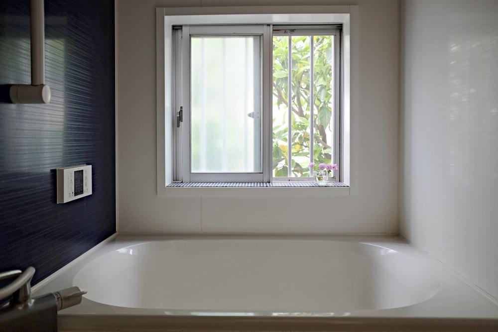浴室。サイズは小さいですが窓があって明るいです。