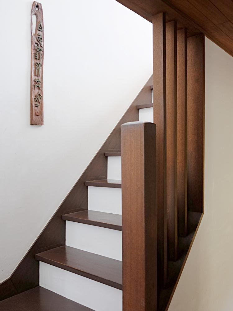 階段。木部と漆喰の優しいコントラスト。