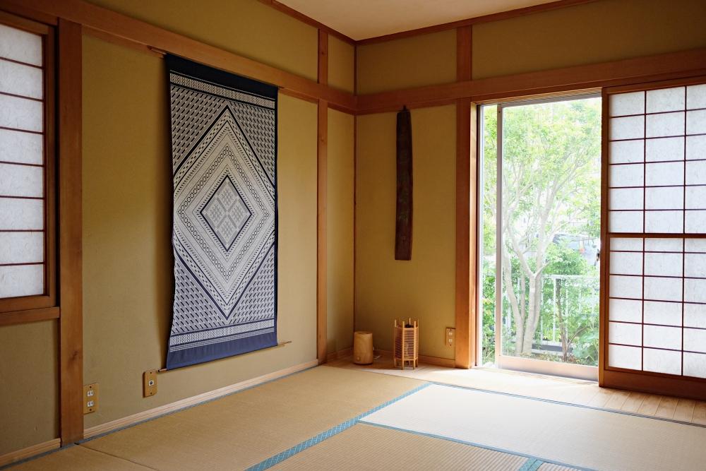 小さな板間のついた和室。