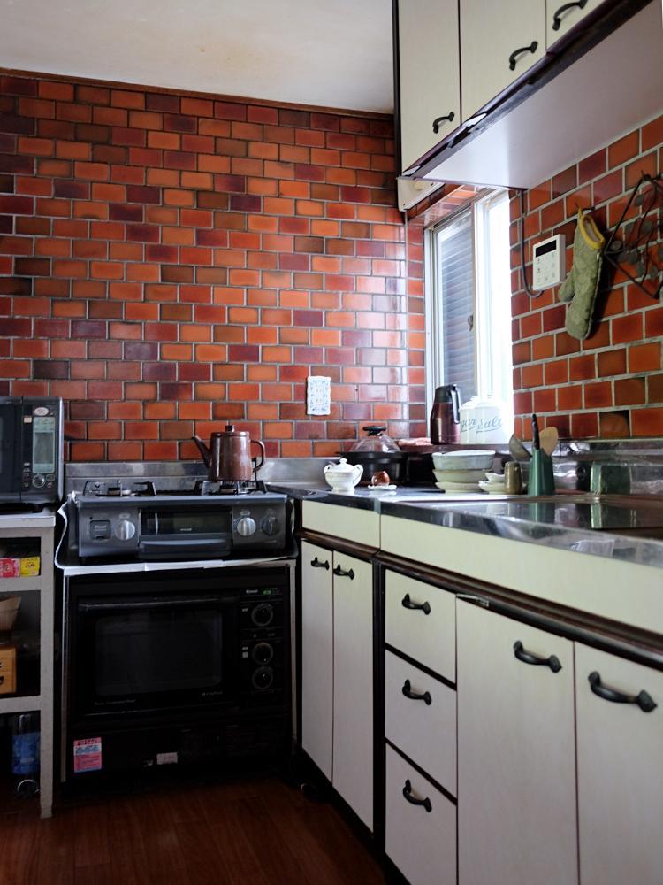 レンジフードは無く、ガスコンロは据置型。レトロで最小限な独立型キッチン。