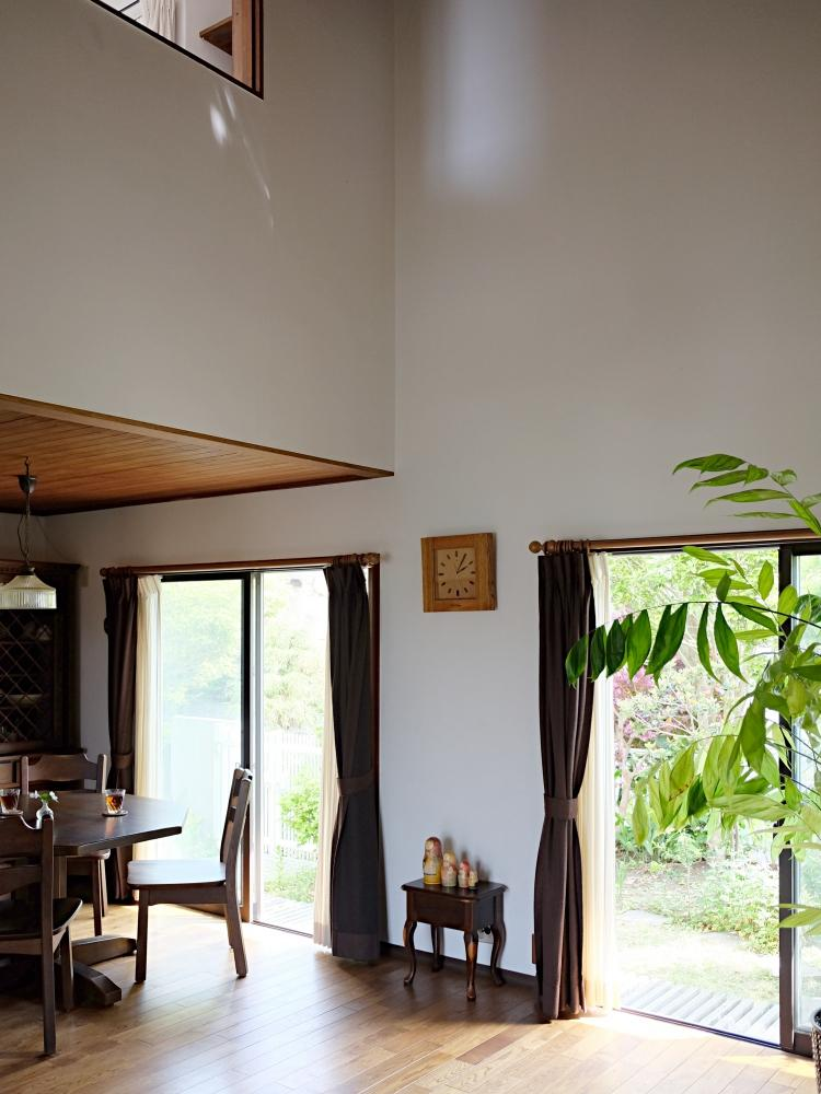 高い勾配天井。2階の書斎から見下ろせます。