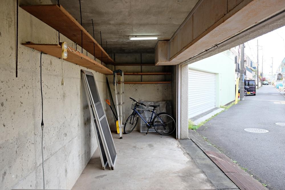 電動シャッターの付いた地下倉庫。軽自動車ならば1台駐車できそう。