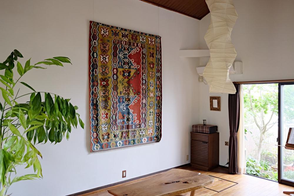 リビング。シンプルでありながら大胆な空間。壁は全て漆喰仕上げ。