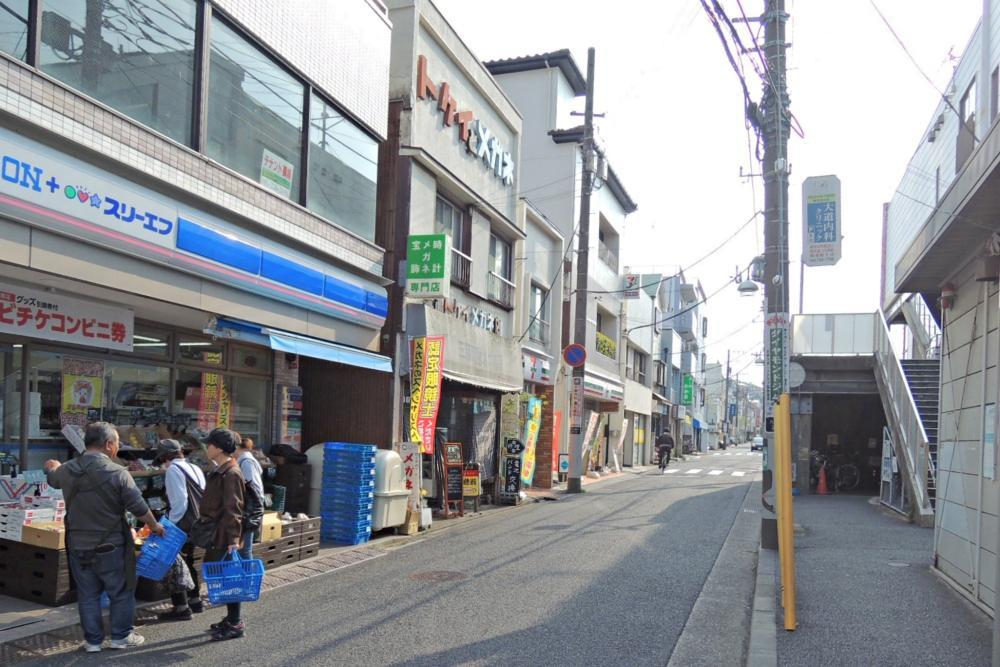 六浦駅前にはお店がちらほら。物件までは循環バスも利用できます。