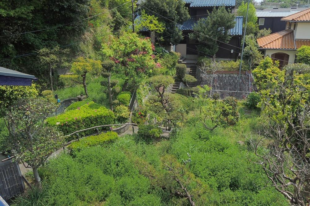 2階ベランダから庭を見下ろしたところ