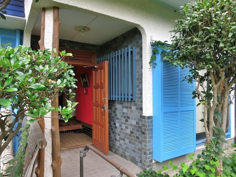 庭のアプローチからこの玄関へ