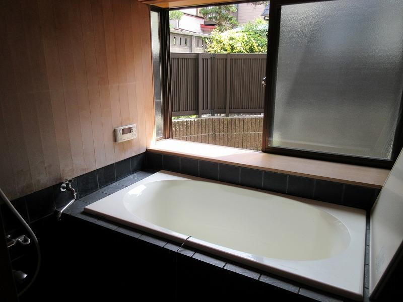 浴室は清潔感があり、かつシックなタイル貼り