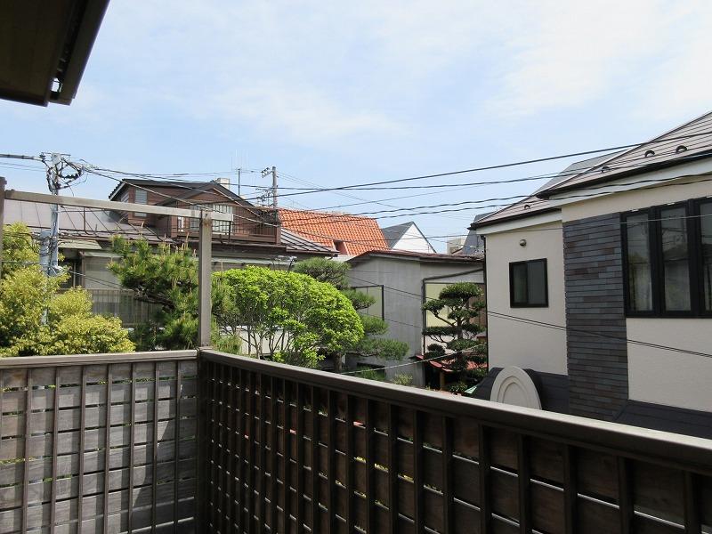 2階バルコニーからの眺望。住宅街という感じ