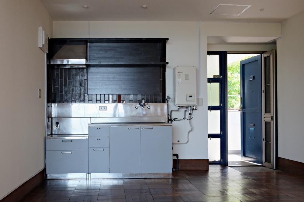キッチンは改装して欲しいようなこのままでいて欲しいような。給湯器の下に洗濯機を設置可能