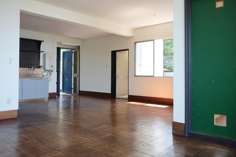 室内は外人住宅のようにシンプルです。午前は東からの陽射しもたっぷり