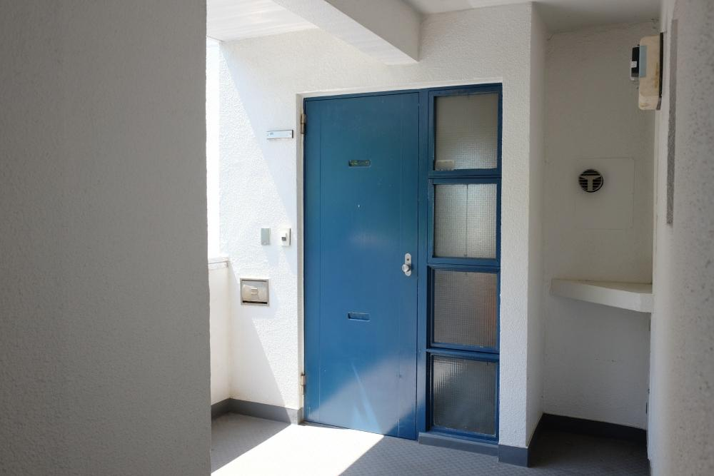 玄関はプライベート感があります。扉を開放すると風通しが良すぎるくらい。