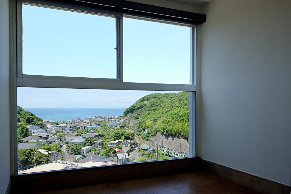 個室からの眺望。眺めを丸ごと切り取るような窓。