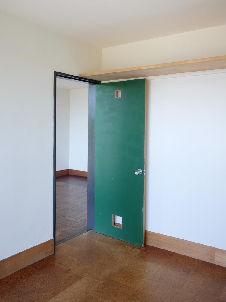 個室の床はコルクタイル、収納は上部棚のみ。パイプ等を追加するなどクローゼットは工夫してください