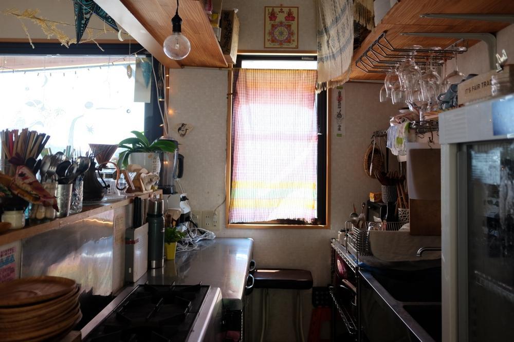 厨房機器は、コールドテーブル、ダブルシンク、ガスコンロ、レンジフード。