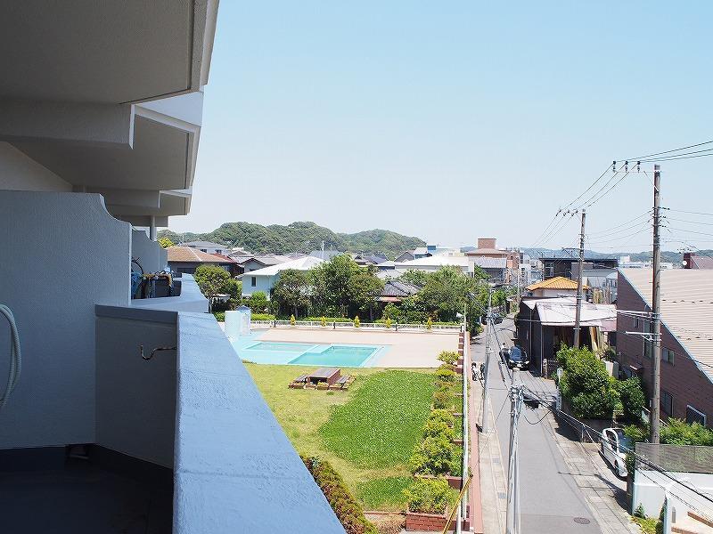 バルコニーからは敷地内にあるプールを望むことができます。