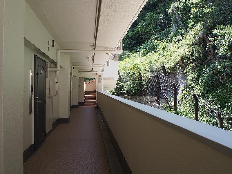 共用部の廊下です。裏は山。
