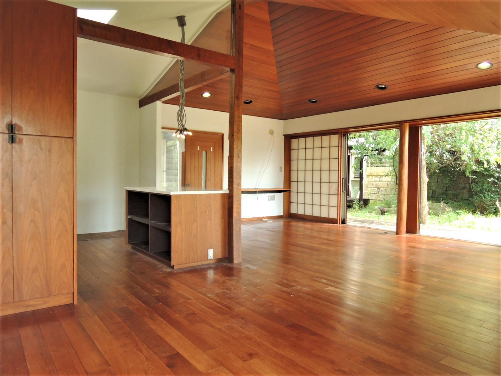 1階|LDK24.5帖は勾配天井と大きな窓で開放感のある空間。
