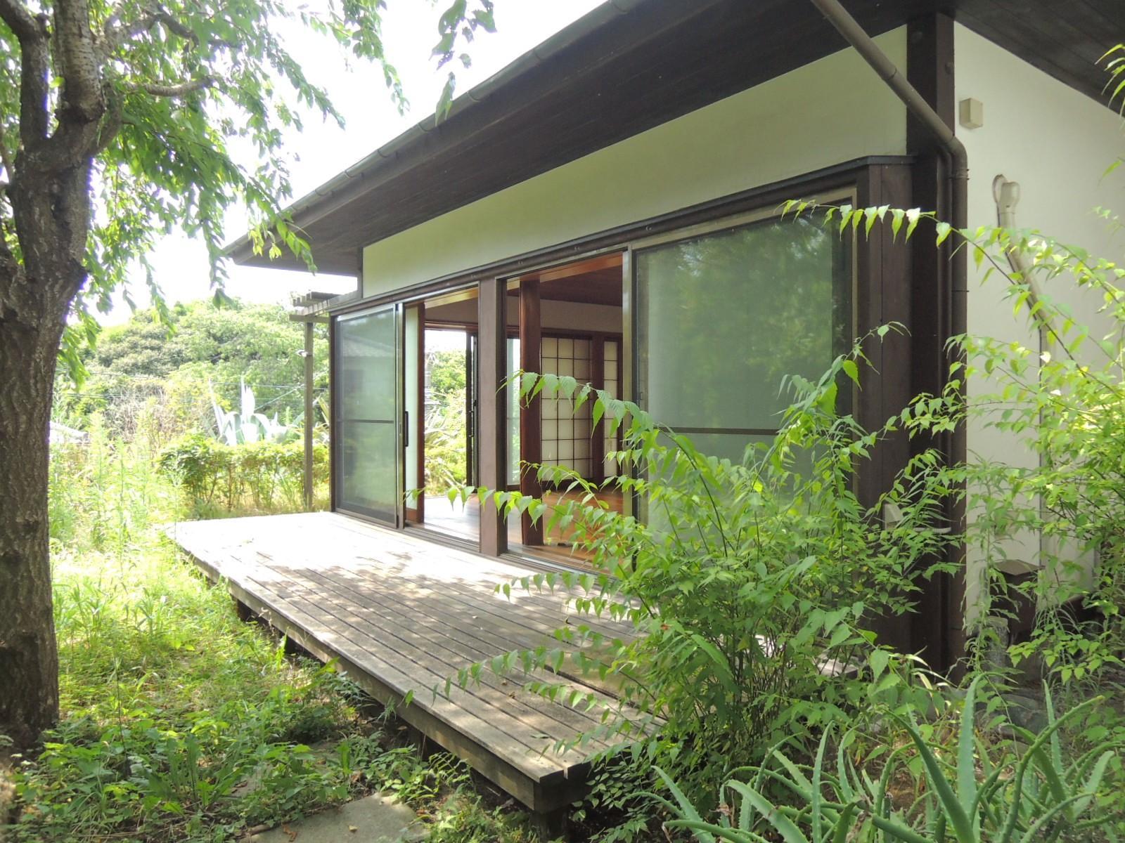 1階|ウッドデッキと庭。一見、古民家風の外観。