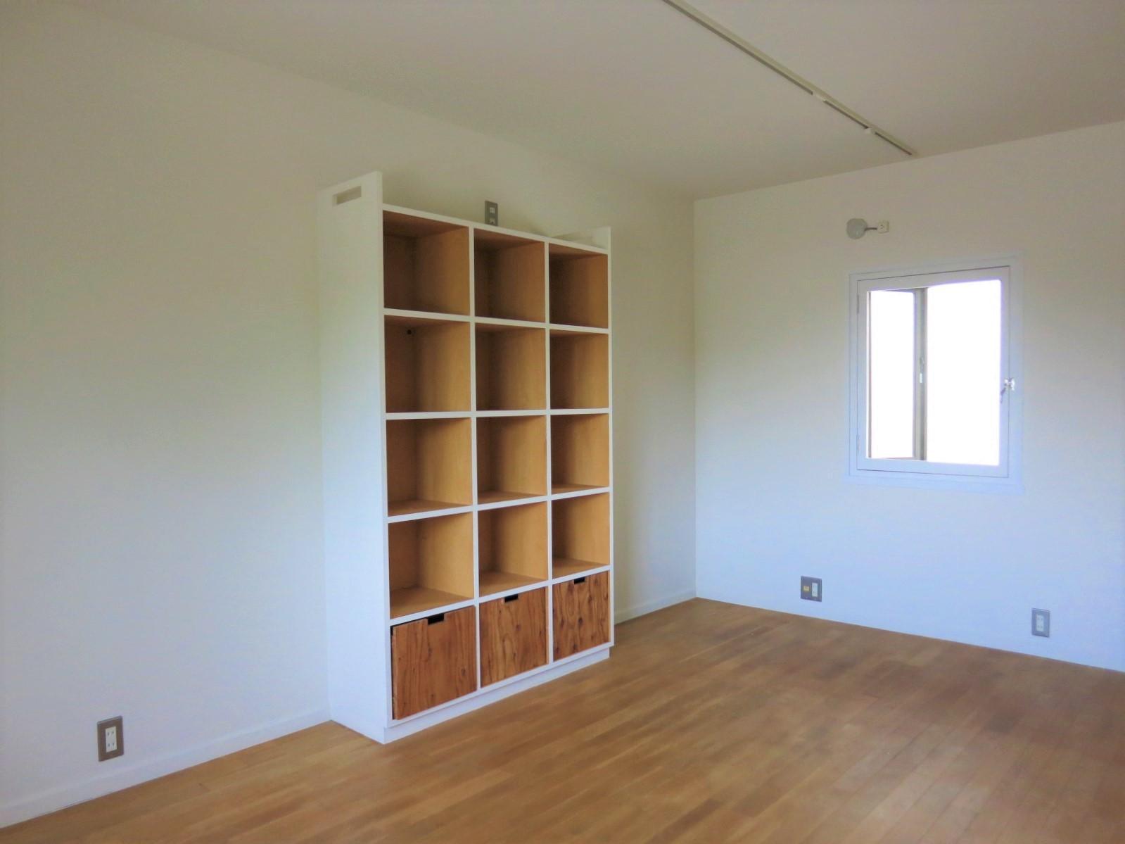 2階|洋室。コンパクトな造り付け収納付き。