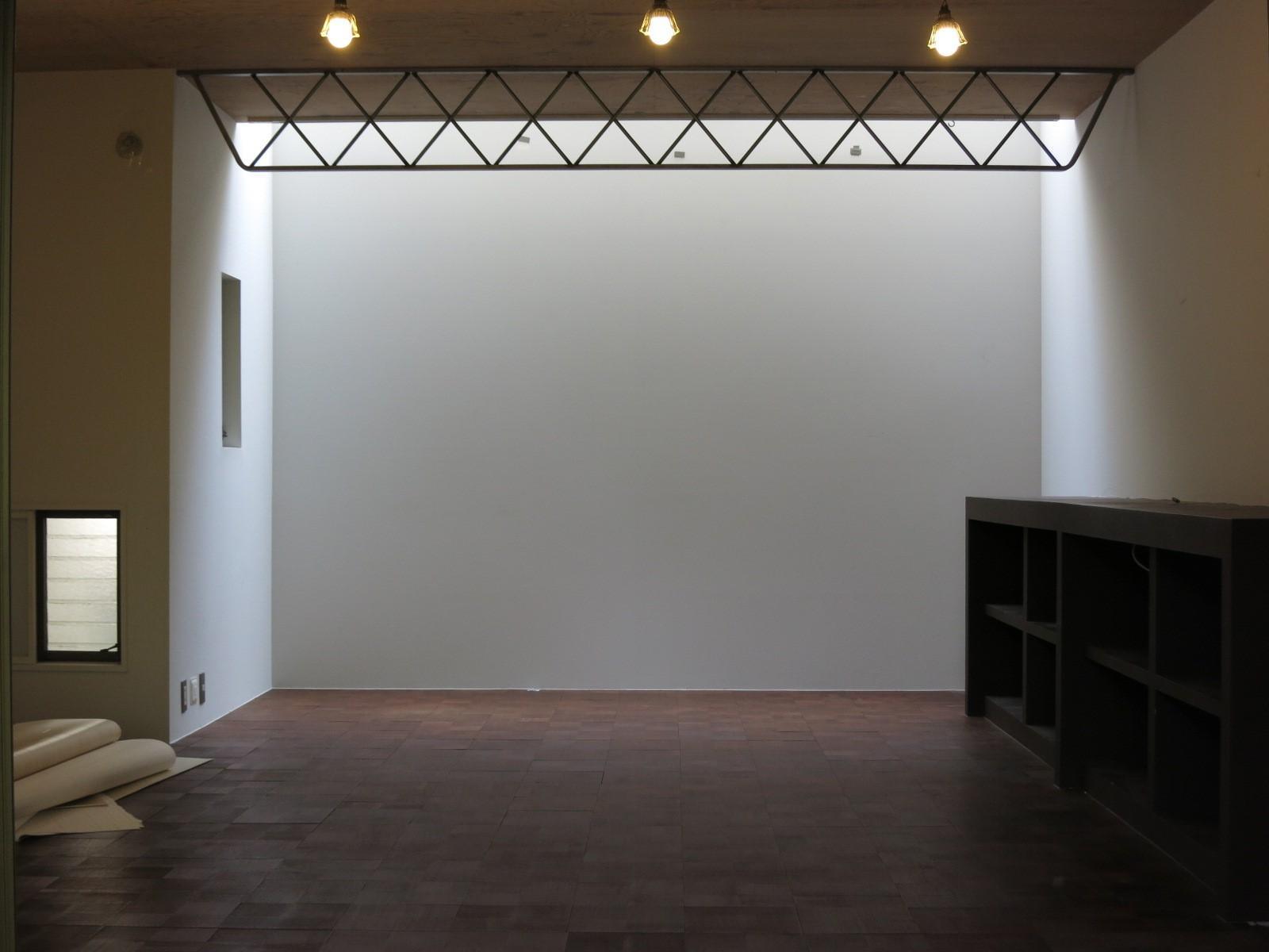 1階|洋室。撮影スタジオのよう。トップライトからの採光もあり。